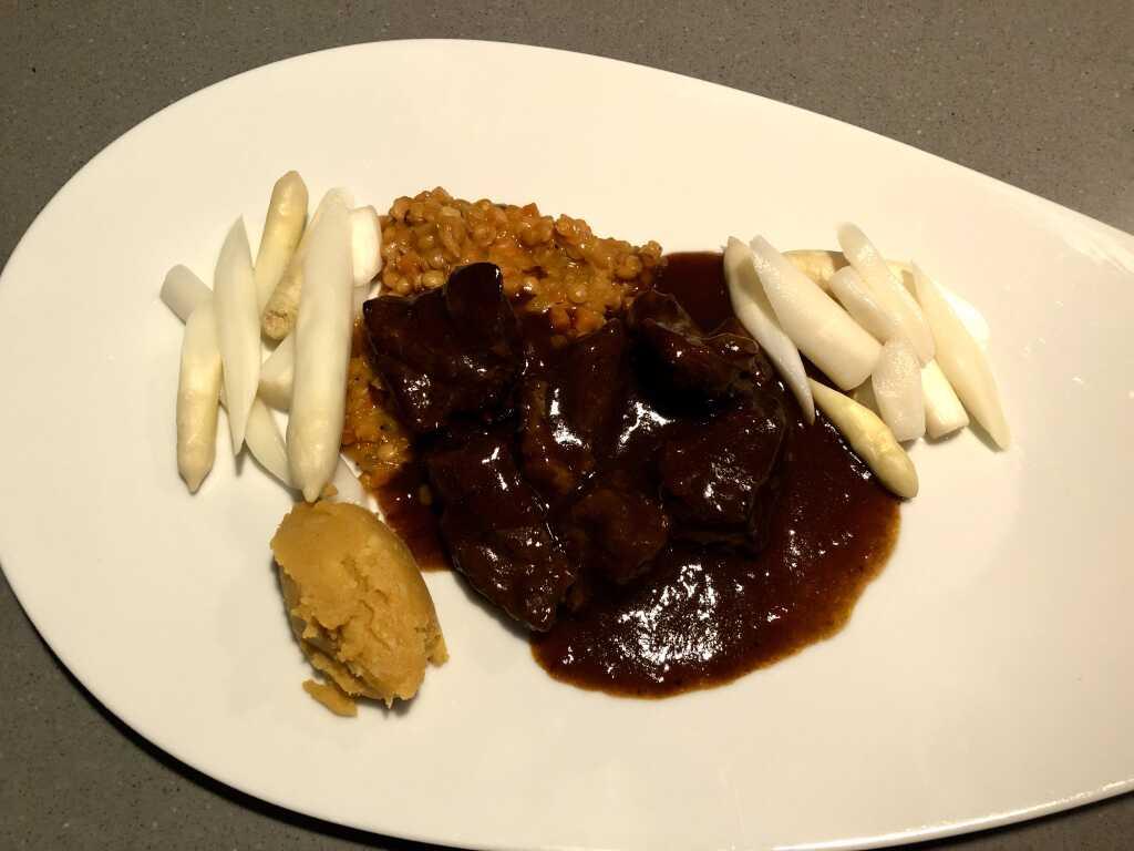 Navarin vom Lamm mit Linsencassoulet, weißem Spargel und Café de Paris-Kartoffelstampf