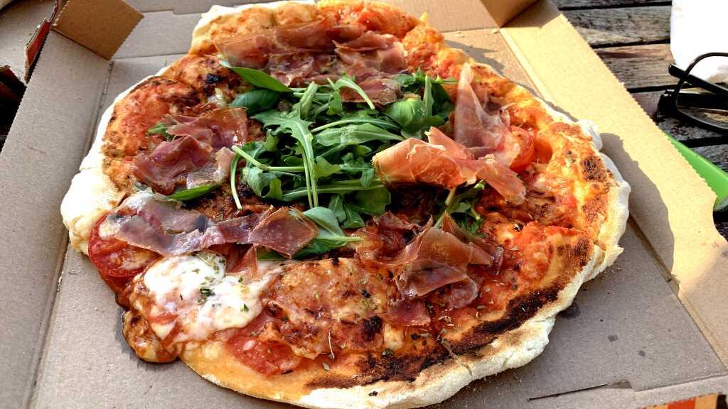 Pizza mit DOP Büffelmozzarella, 18 monatigem Bio-Parmaschinken & Rucola - 13,50€