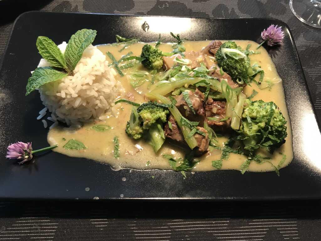 Geschmortes Rind in Kokos-Zitronengras-Soße mit frischem Gemüse