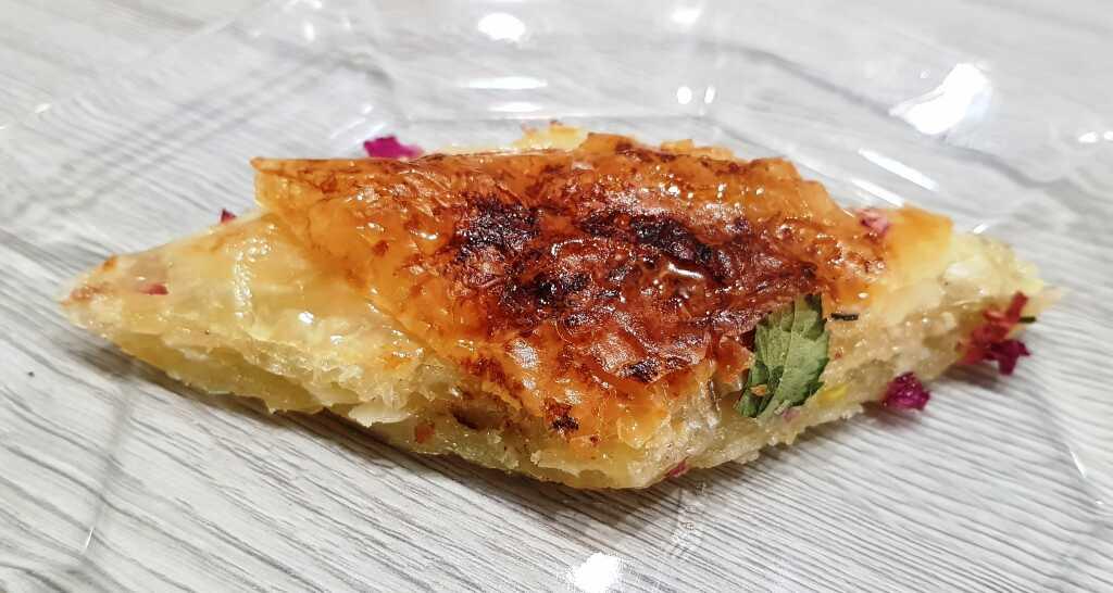Baklava mit Mandeln, Pistazie und Rose