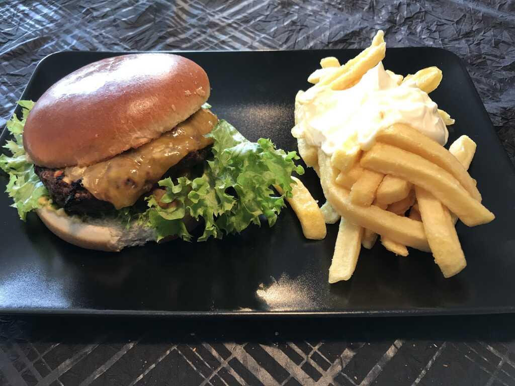 Burger mit Rindfleischpatty, Käse, Schmorzwiebeln, Fritten & Dip