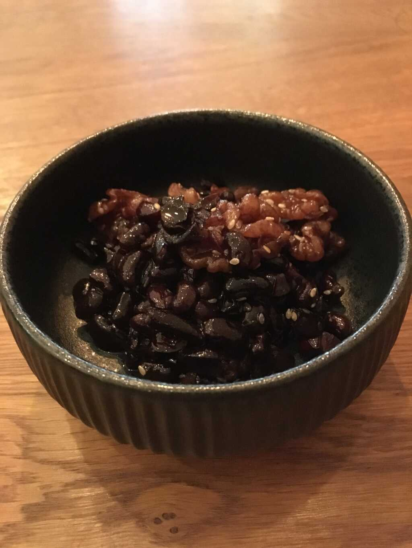 Schwarze Bohnen: eingekocht in süßer Sojasauce mit Walnüssen.