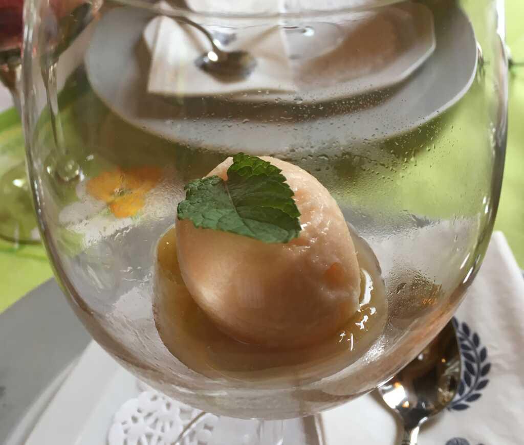 Sorbet von der Cantaloupe-Melone mit Minze auf eingekochten Weintrauben