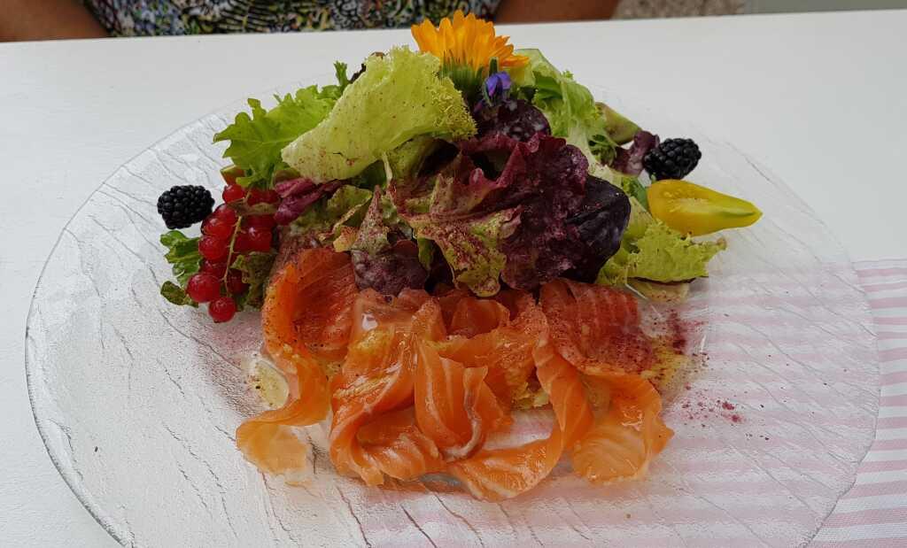 Gebeizter Lachs mit Salat