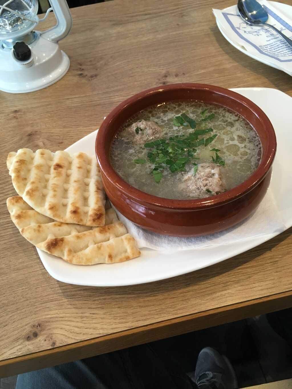 Fleischbällchensuppe mit Kartoffeln und Reis.