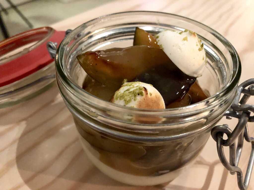 Joghurt-Mousse - Pochierte Zwetschgen – Baiser – Geröstete Pistazien