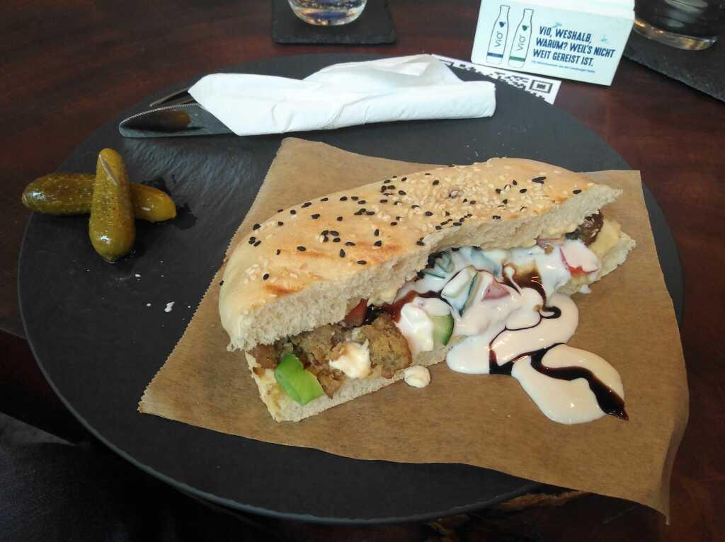 Das Falafel-Sandwich in der Totalen