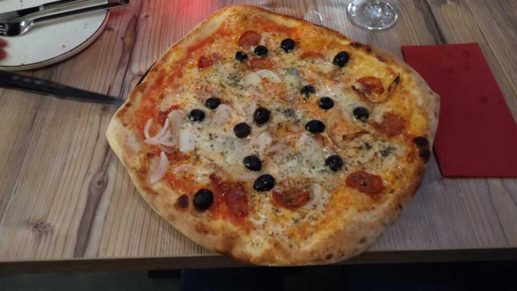 Pizza Zingara (Gorgonzola, scharfe Salami und Zwiebeln + Oliven extra) 11,90€