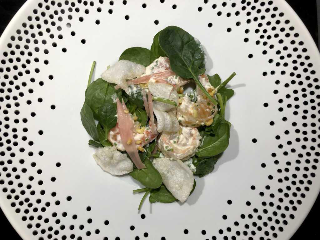 Scampi-Salat mit Knoblauchmayo, Babyspinat, Kartoffelcrunch, Ebichips und gepickelten Schalotten
