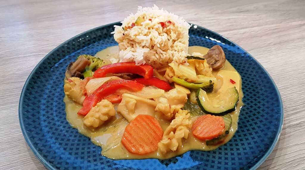 Tintenfisch mit Gemüse in Curry-Soße