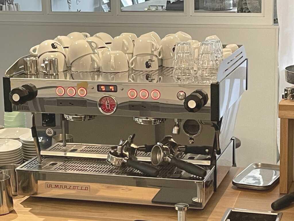 Ein Mercedes unter Kaffeemaschinen