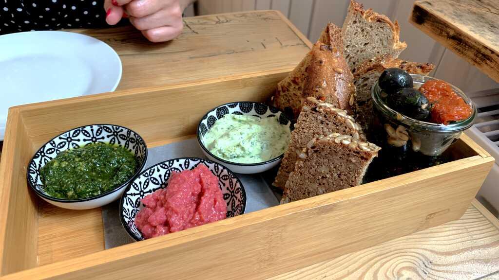 Marinierte Oliven & Tomaten mit Brot & Pesto (vegan)