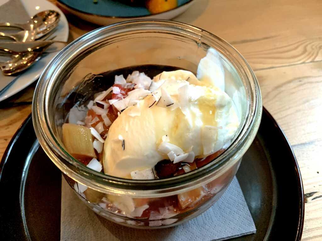 Gefrorener Griechischer Joghurt mit Rhabarberkompott, Kokos & Thymian