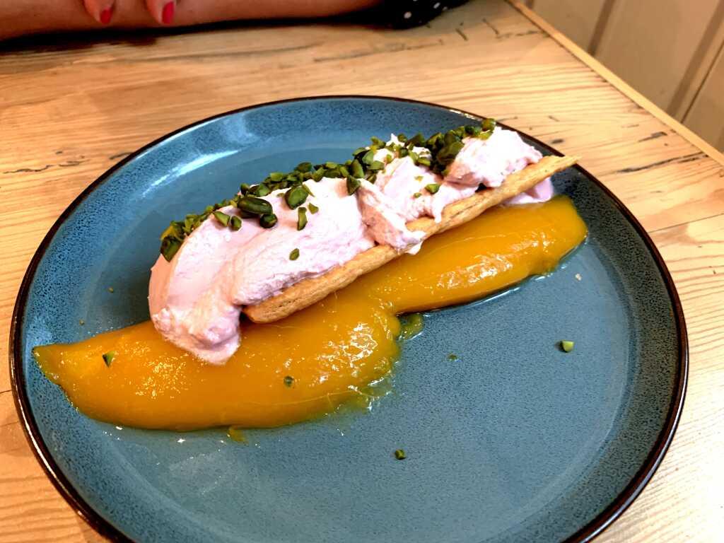 Mango-Minz-Salat mit Himbeerschnitte & Pistazie
