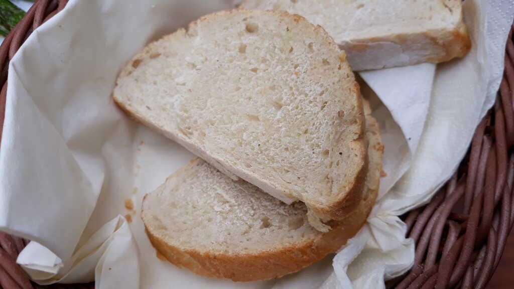 Selbstgebackenes  frisches Brot