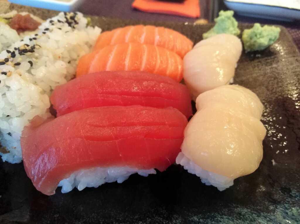 Unsere Nigiri-Auswahl (Thunfisch, Lachs und Jakobsmuschel)