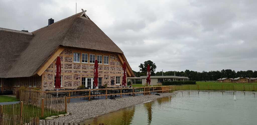 Restaurant mit Chalets und Wohnzelten rechts im Hintergrund