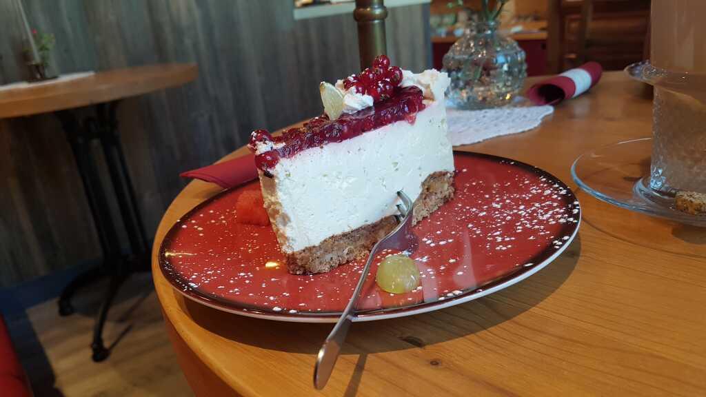 Limetten-Frischkäse-Torte mit Johannisbeeren