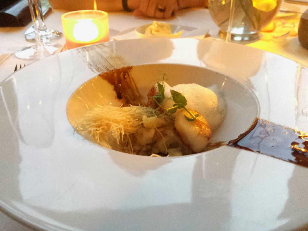 Jakobsmuschel auf Stachelbeer-Kartoffeln