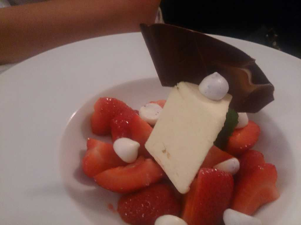 Passionsfruchtparfait und Grafschafter Erdbeeren