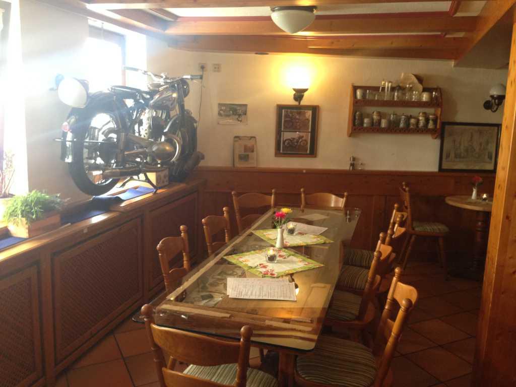 Gastraum mit Motorrad im Fenster