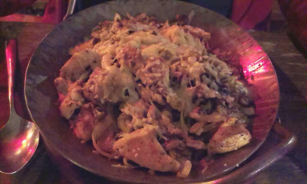 Kartoffelpfanne mit Huhn, Pilzen, Käse