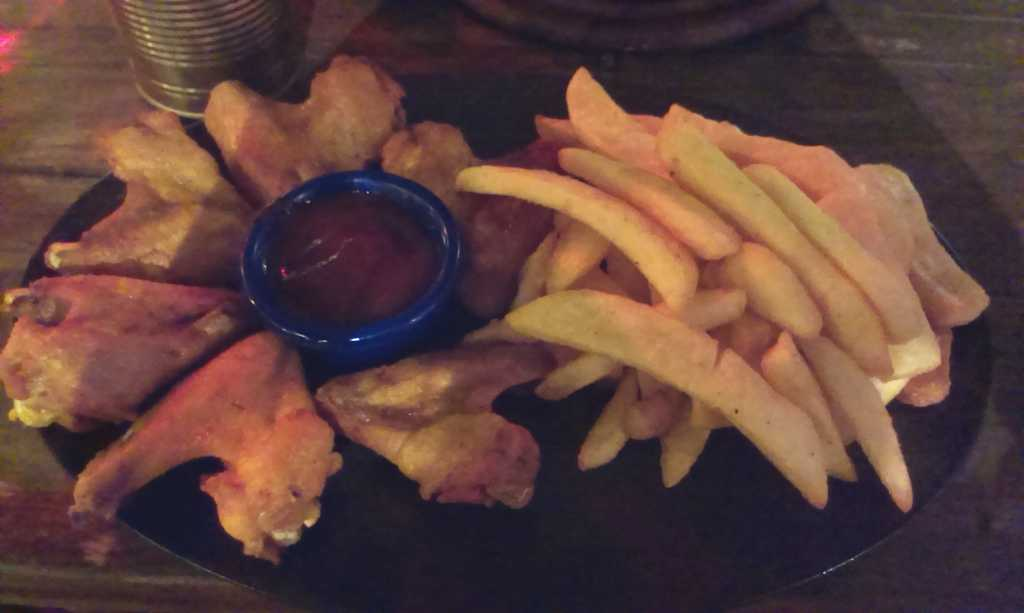 Flügel, Pommes, Dip