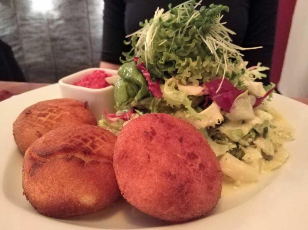 Salat mit Kartoffelküchle