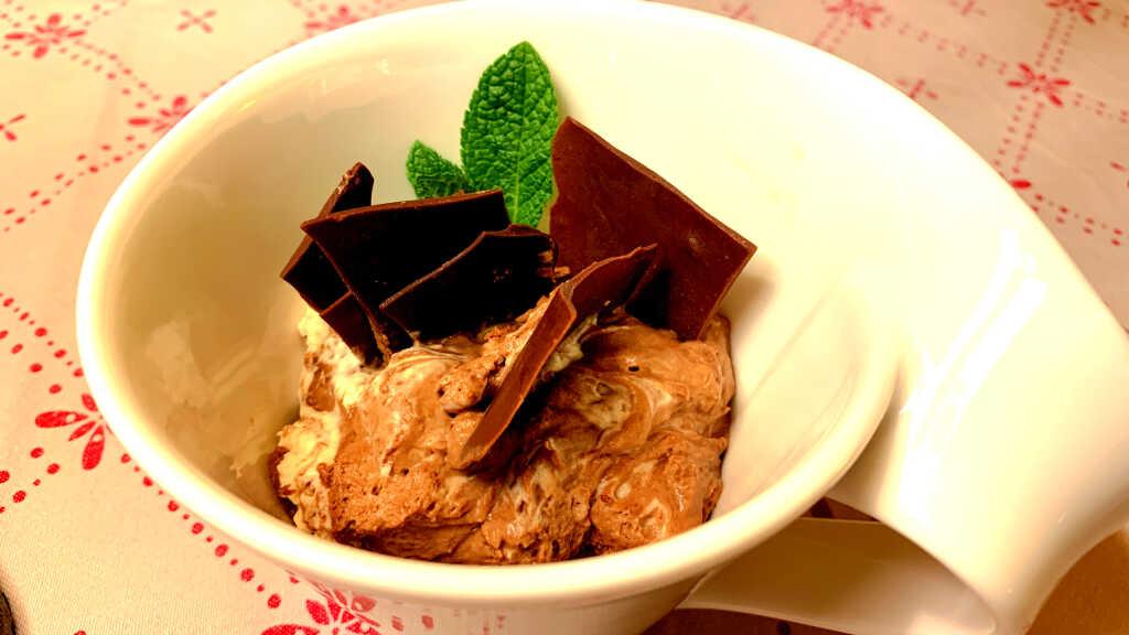 Hausgemachte Mousse au Chocolat