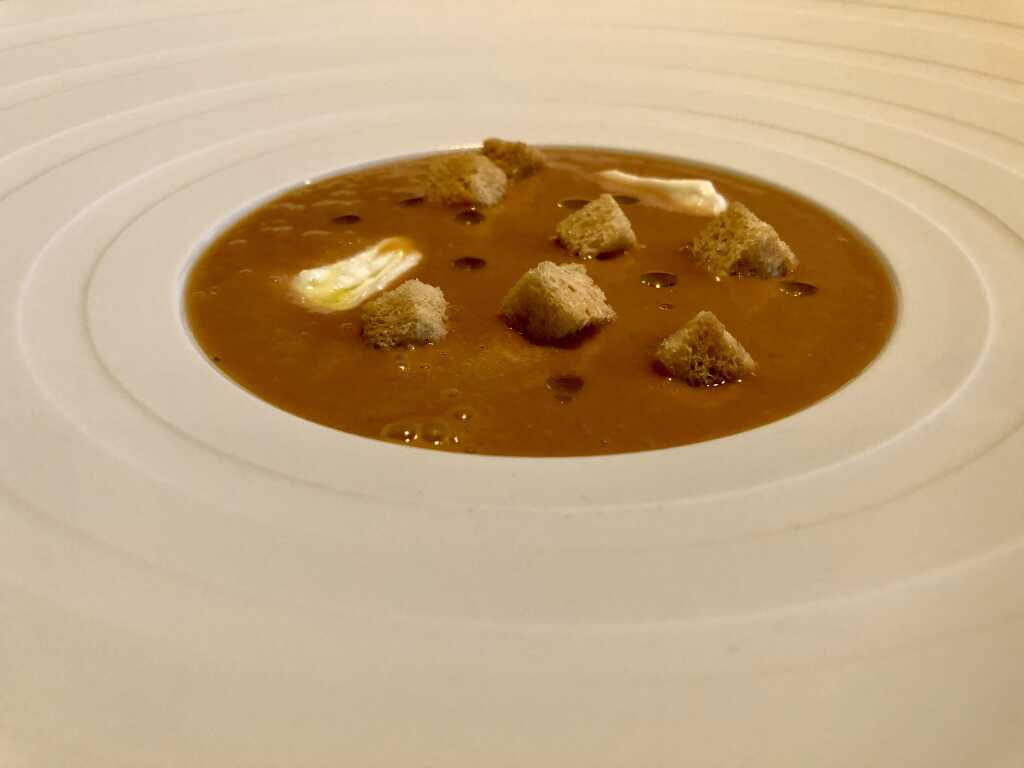 Gazpacho Andaluz - Geeiste Gemüsecreme mit Jordan Öl, Mozzarella von Büffel Bill & Brotcroutons