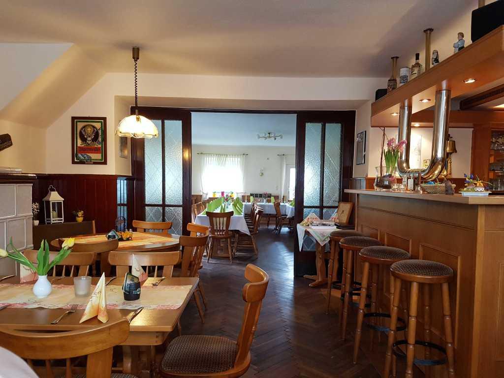 Gastraum mit Kachelöfen und alten Holztüren