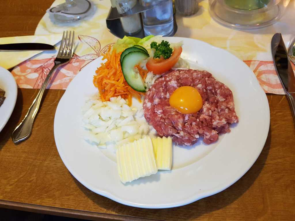 frischer Hackepeter mit Ei, Zwiebel, Butter und Brot für je 6,80 €