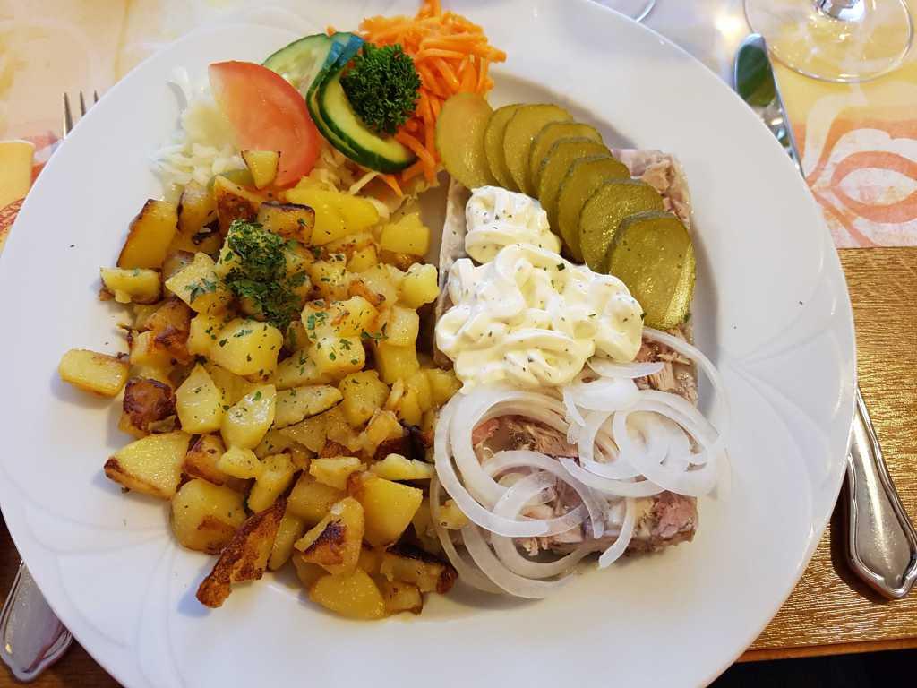 Hausmacher Sülze mit Remoulade und Röstkartoffeln für 8,70 €