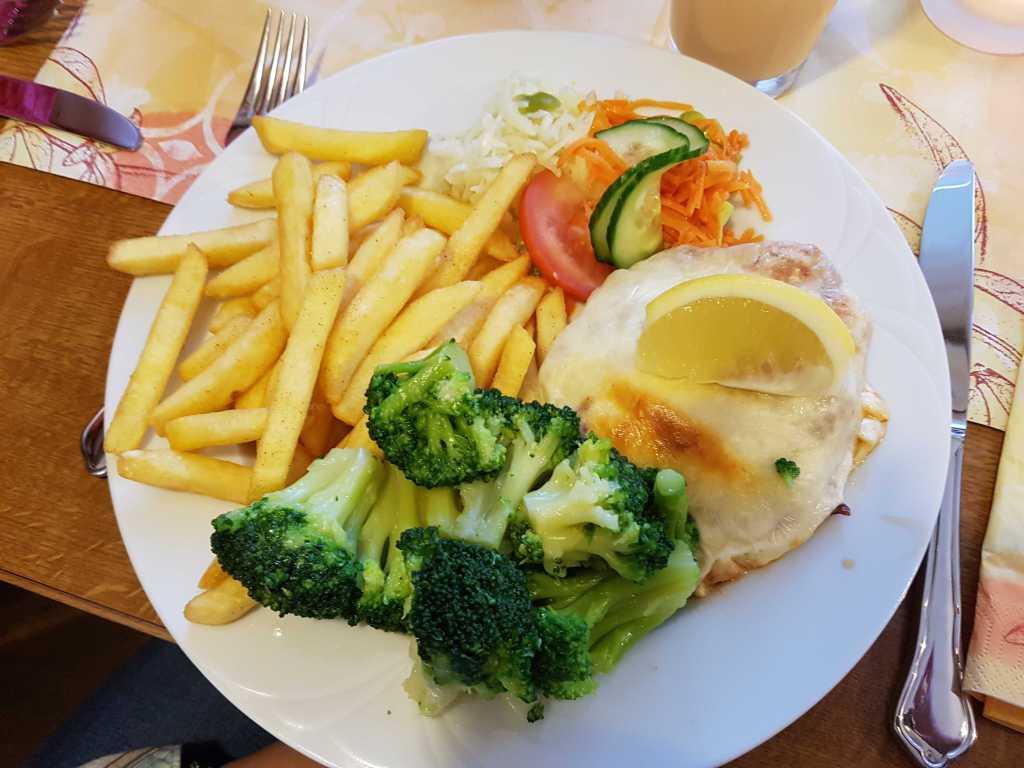 """Schweinesteak """"ou Four""""-mit Würzfleisch und Käse überbacken, dazu Broccoli und Pommes Frites für je 10,70 €"""