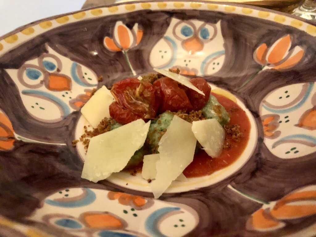 Toskanische Gnudi / Tomaten Confit / Brioche Crumble / Parmigiano