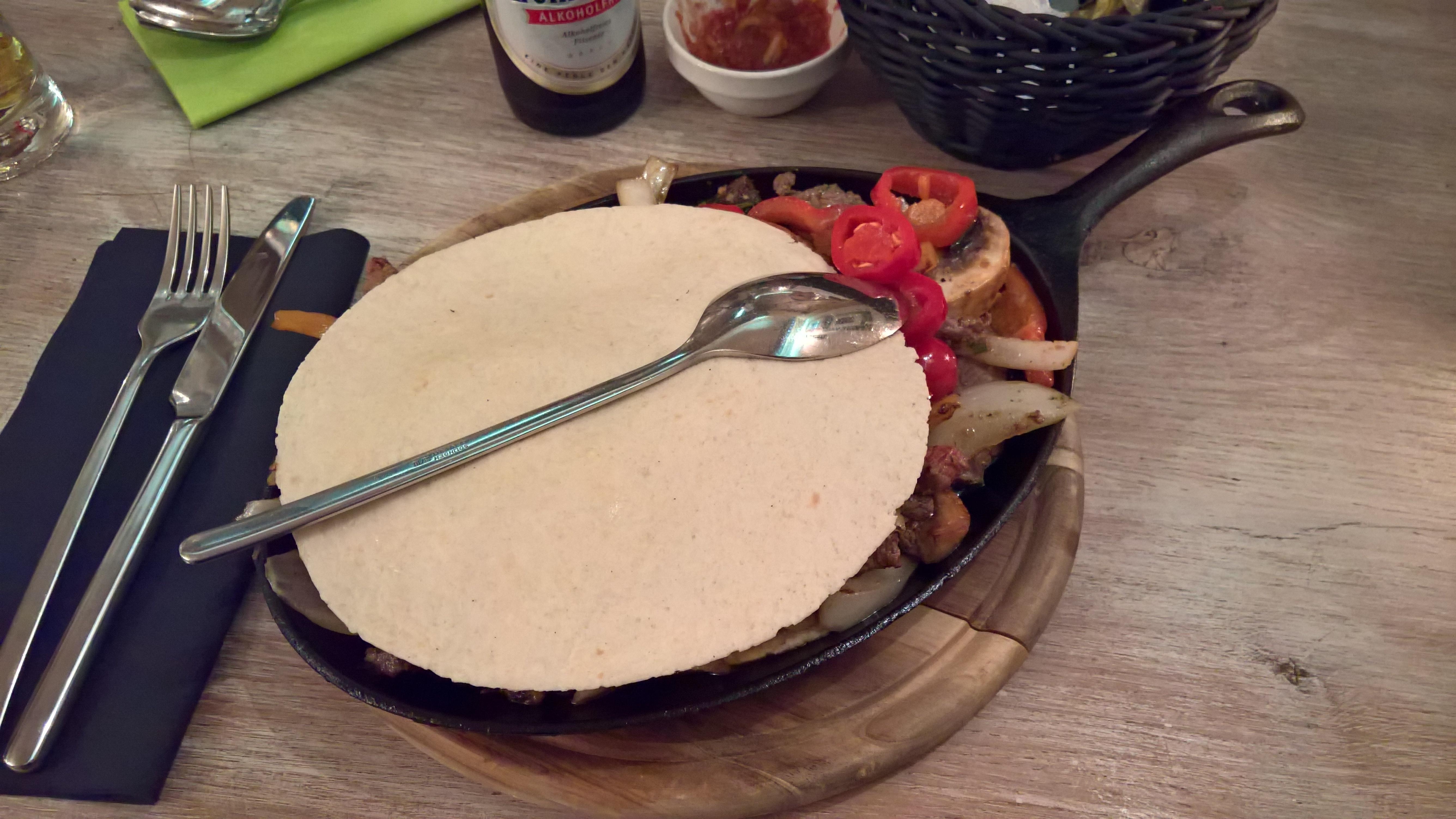 Fajitas Carne für 18,90 €. Geliefert werden marinierte Nebraska Steakstreifen mit Champignons, Paprika, Zwiebeln, Tomaten, Chilis, sowie frische Kräuter und Knoblauch.