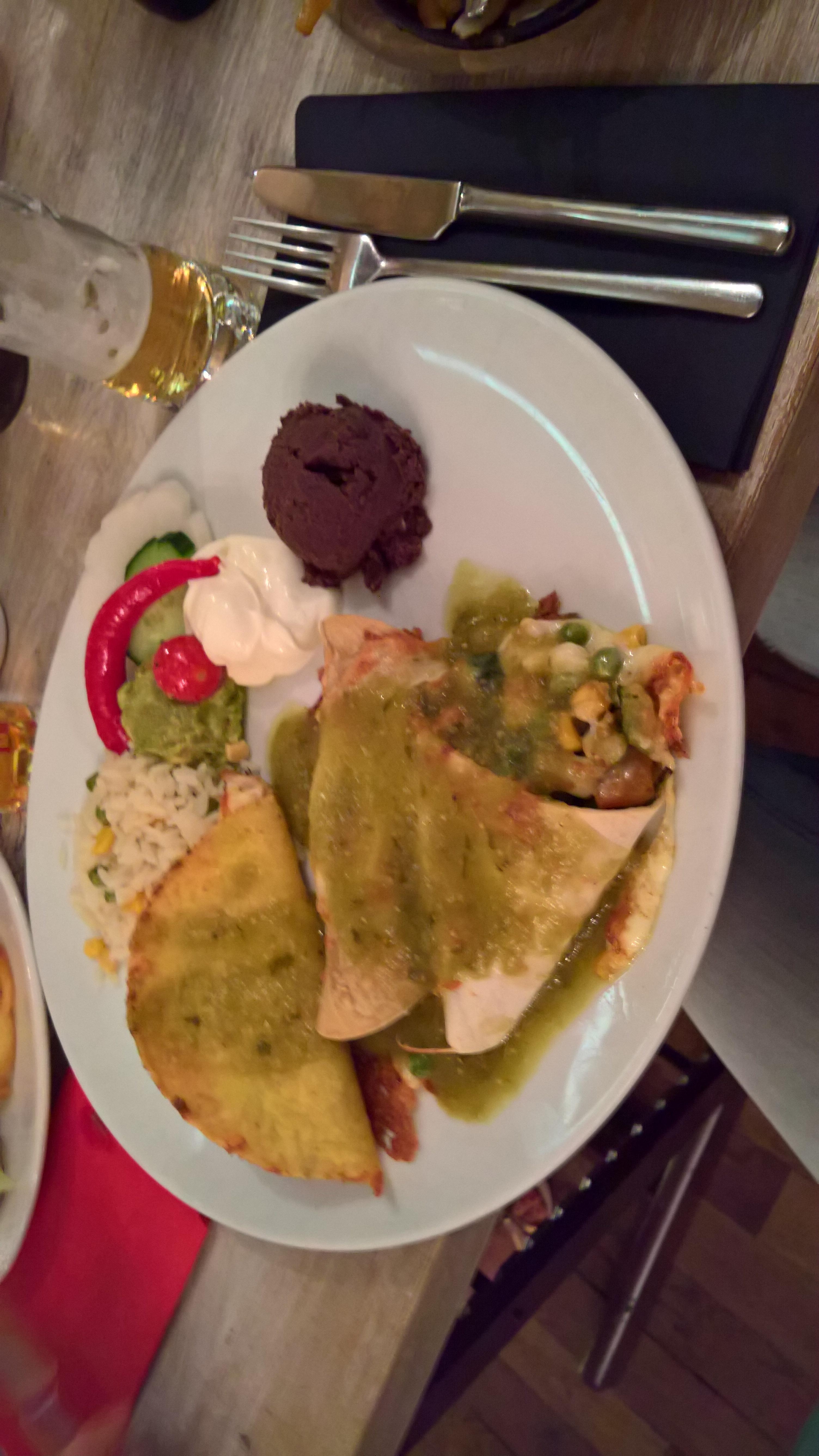 Combinación de la Casa für 18,50 €. Ein Taco mit Hähnchenfleisch, eine Flauta de picadillo und hausmarinierte Spare-Ribs.