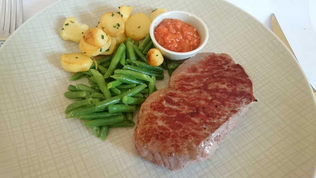 Rumpsteak vom Freilandrind, mit Gartenbohnen und Bratkartoffeln, dazu eine Tomaten-Bacon-Marmelade