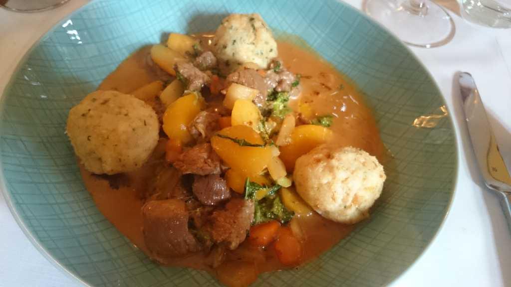 Ochsenfetzen mit milder Chilli-Sauce und Kräuterknödeln