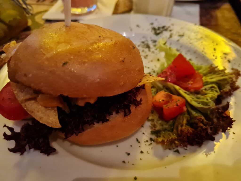 Mexican Chicken Burger -Hähnchen mit Guacamole, Chips, Käsecreme und Dressing