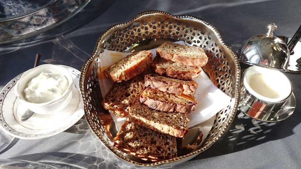 Frisches Brot, Butter, Kräutercreme
