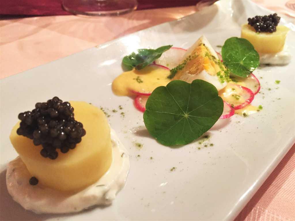 Neue Pellkartoffel, Crème fraîche, zweierlei Kaviar