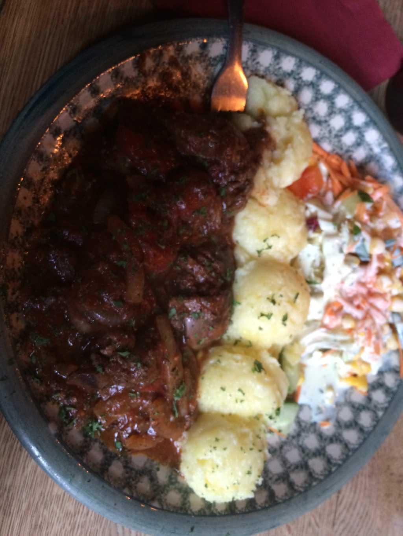 Hähnchenleber mit Kartoffelbrei und Salat