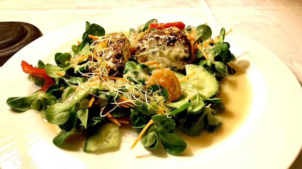 Ziegenfrischkäseterrine im Dörrobst-Pumpernickel-Mantel mit Feldsalat und Honig-Senf-Dressing