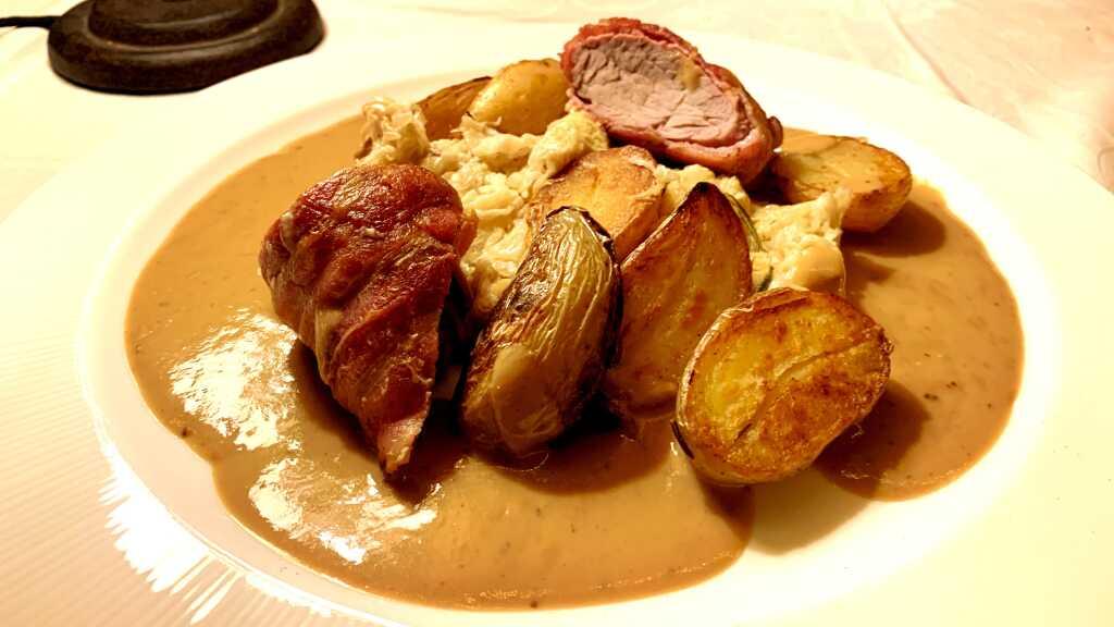 Schweinefilet im Speckmantel mit Rahmkraut, Röstkartoffeln und Senfsauce
