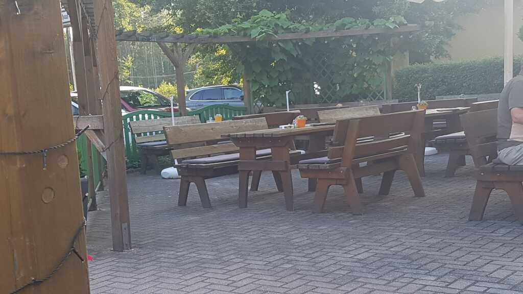 rustikale Sitzbänke im Biergarten