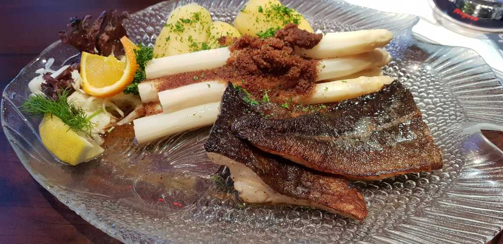 Gebratenes Dorschfilet mit Spargel, Semmelbrösel, Petersilienkartoffn