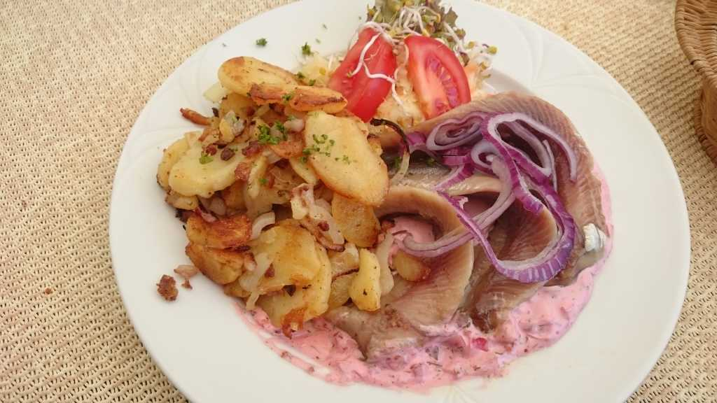 Matjes, Bratkartoffeln, Salat