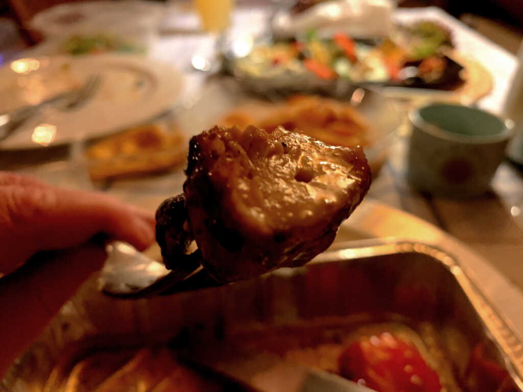 Ein Stück vom Spieß im Detail. Saftiger kann Huhn vom Grill kaum gelingen...