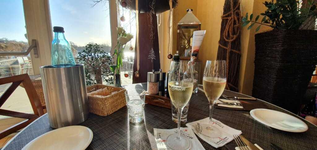 ein Glas Champagner und dann der Ausblick ...